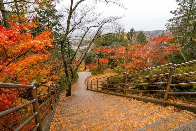 Treppenweg bei chureito-pagode fujiyoshida yamanashi in japan