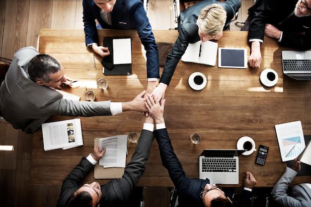 Treten sie hands partnership agreement meeting unternehmenskonzept bei
