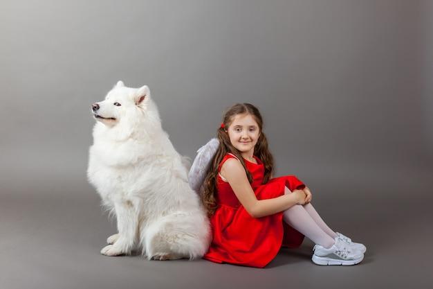 Treue freunde, ein mädchen und ein hund. freundschaftssymbol
