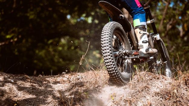 Trials motorrad während der konkurrenz in wild