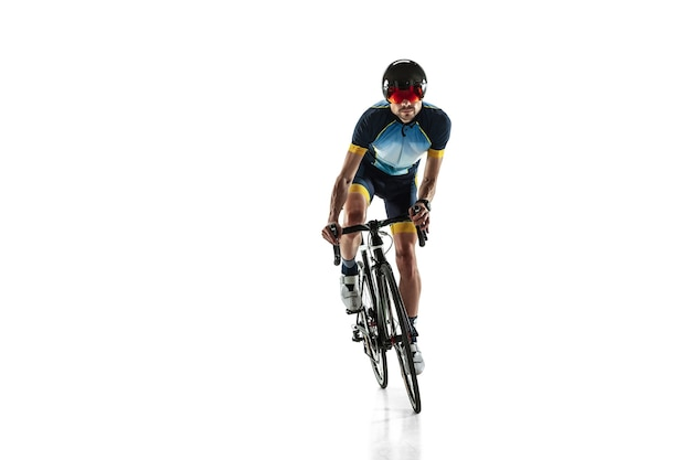 Triathlon männlicher athlet fahrradtraining isoliert auf weiß