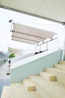 Tribünenplatz beim stadionsport am mittag