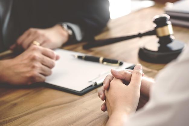 Tribunal- und scherzkonzept, beratung mit versicherungsanwalt und kunden