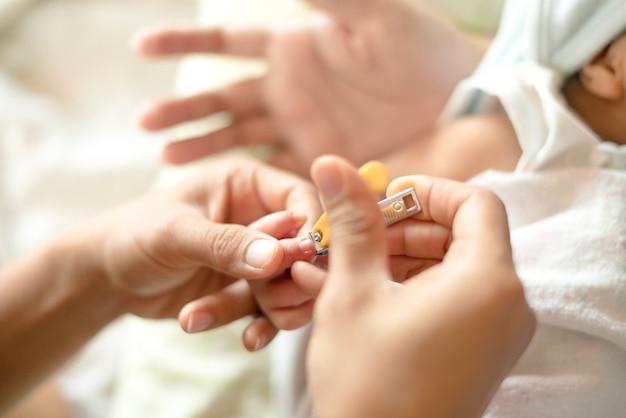 Trimmen der neugeborenen babyhand