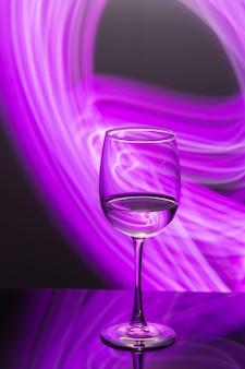 Trinken sie an der bar in der nacht ein weinglas mit weißwein und frieren sie das neujahrsparty-getränk ein?