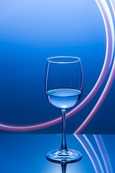 Trinken sie an der bar in einem nächtlichen weinglas mit weißwein und frieren sie das licht ein neujahrsparty-getränk