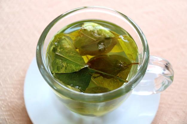 Trinken sie cocablatt-tee zur verhinderung der höhenkrankheit, puno, peru