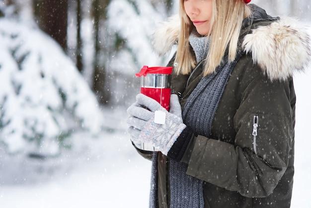 Trinken sie einen heißen tee, um sich im winter aufzuwärmen
