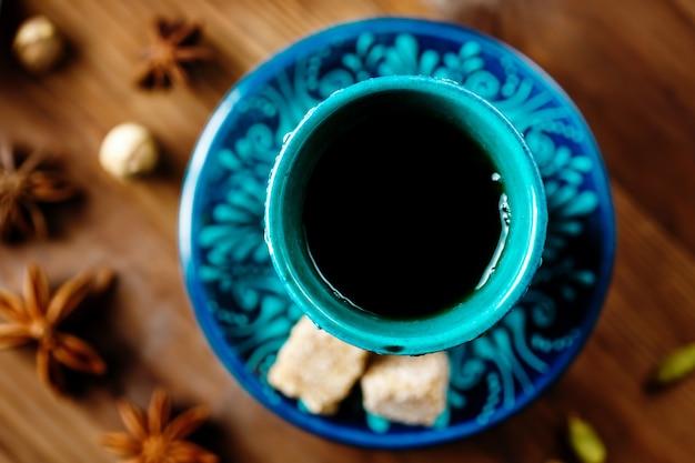 Trinken sie mit gewürzen in authentischen türkischen gläsern