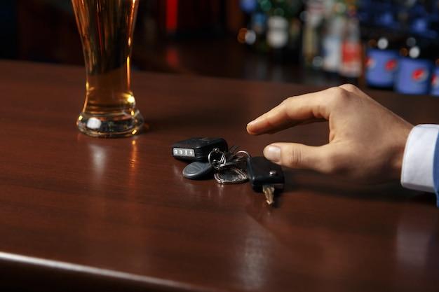 Trinken sie nicht und fahren sie das abgeschnittene bild eines betrunkenen mannes, der autoschlüssel spricht