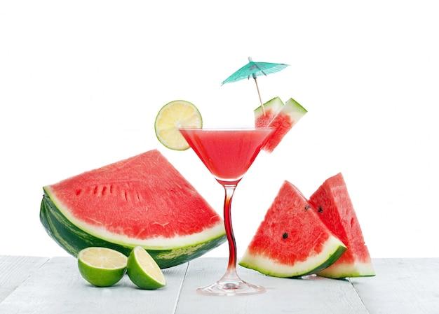 Trinken sie wassermelonensaft mit limettenscheibe.