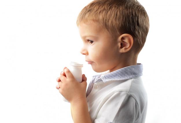 Trinkender joghurt des kleinen jungen