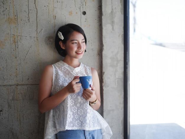 Trinkender kaffee der asiatin im café