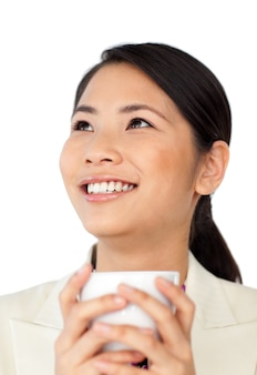 Trinkender kaffee der asiatischen geschäftsfrau