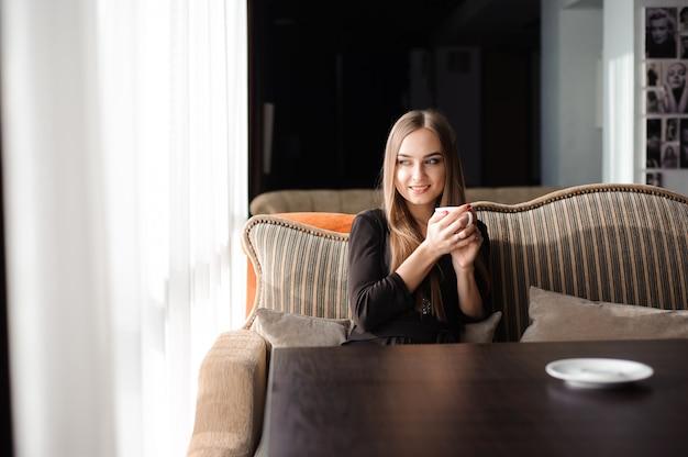 Trinkender kaffee der frau morgens am restaurant.