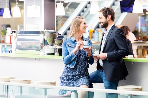 Trinkender kaffee der frau und des mannes im café