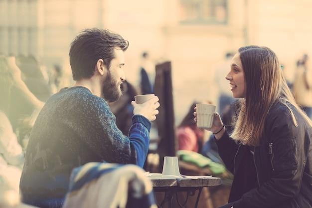 Trinkender kaffee der hippie-paare in alter stadt stockholms.