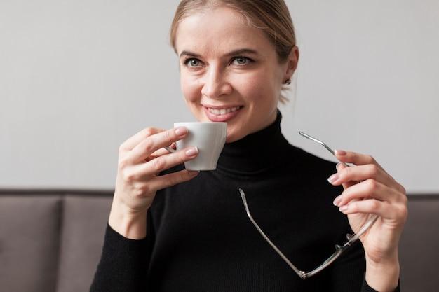 Trinkender kaffee der jungen frau