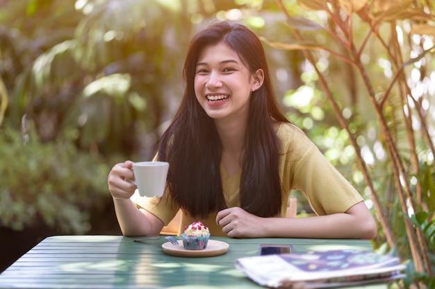 Trinkender kaffee des jungen mädchens