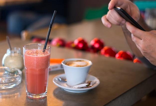 Trinkender kaffee des mannes in einem café