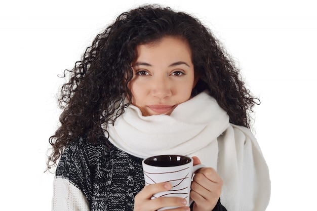 Trinkender kaffee des wintermädchens zum aufwärmen.
