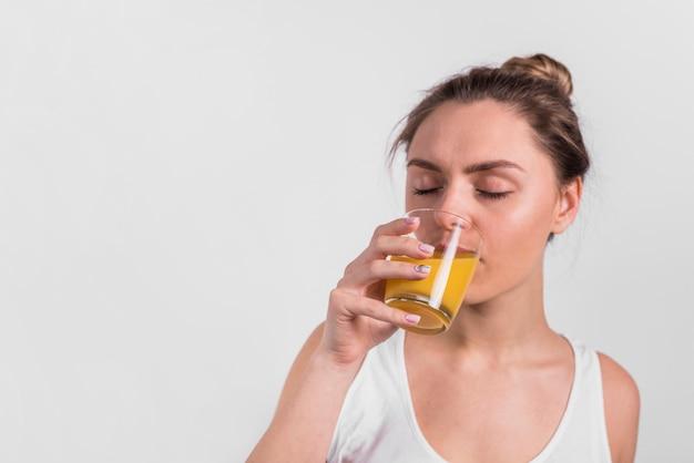 Trinkender saft junger dame vom glas