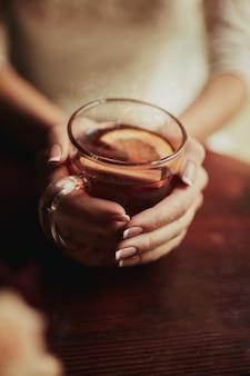 Trinkender tee der jungen braut. hochzeitsblumenstrauß auf einem holztisch in einem restaurant