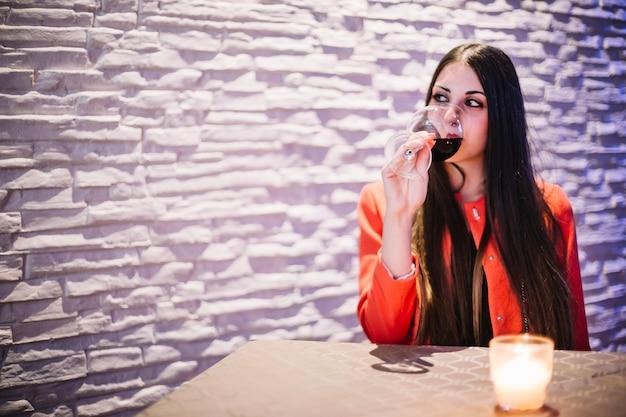 Trinkender wein der frau im restaurant