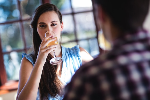 Trinkender weißwein der paare im restaurant