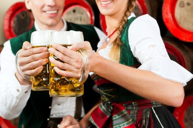 Trinkendes bier der paare in der brauerei