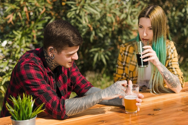 Trinkendes handwerksbier der paare draußen