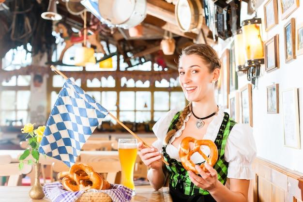 Trinkendes weizenbier der bayerischen frau