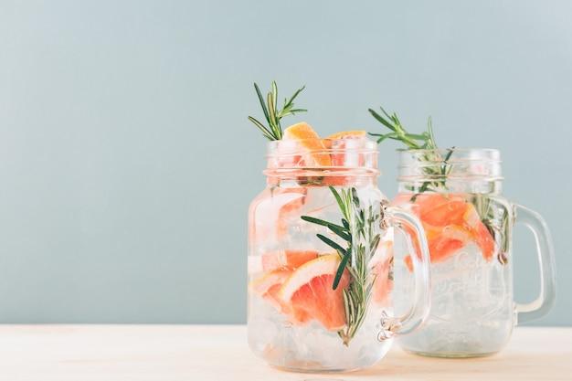 Trinkglas mit zitrusgetränk