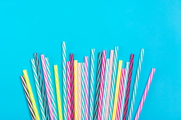 Trinkhalme mit streifen für party auf blauem hintergrund