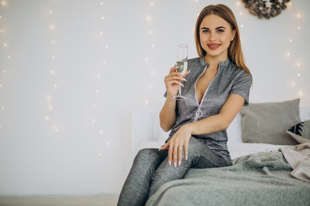 Trinkkampagne der jungen frau an weihnachten