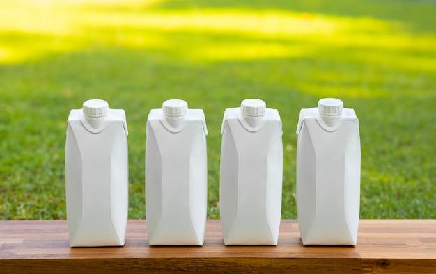 Trinkkonzepte mit satz weiße flasche auf holztisch