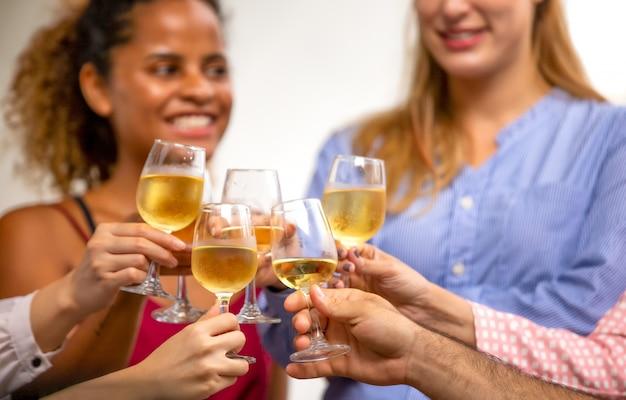Trinkparty für freundschaftstageskonzept