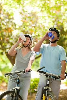 Trinkwasser der älteren paare