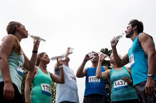 Trinkwasser der athleten im park