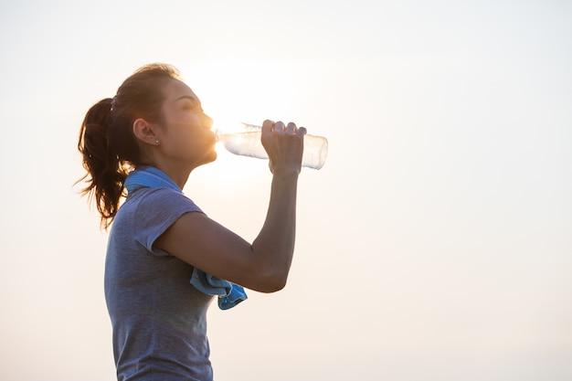 Trinkwasser der frau nach übung.