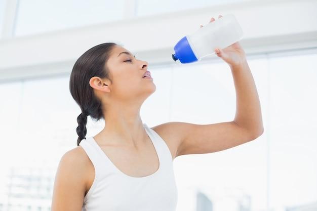 Trinkwasser der geeigneten frau im eignungsstudio