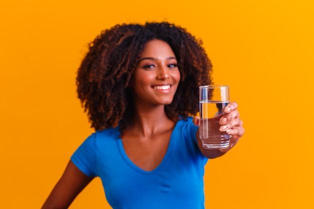Trinkwasser der jungen schwarzen frau