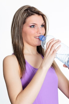 Trinkwasser der schönen blonden frau nach dem sport