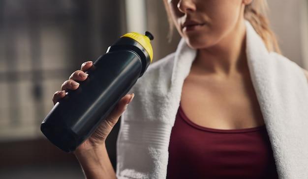 Trinkwasser der sportlichen frau nach dem training