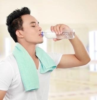Trinkwasser des fitnessmannes