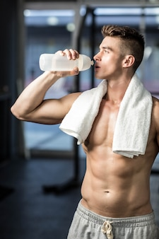 Trinkwasser des geeigneten mannes an der turnhalle