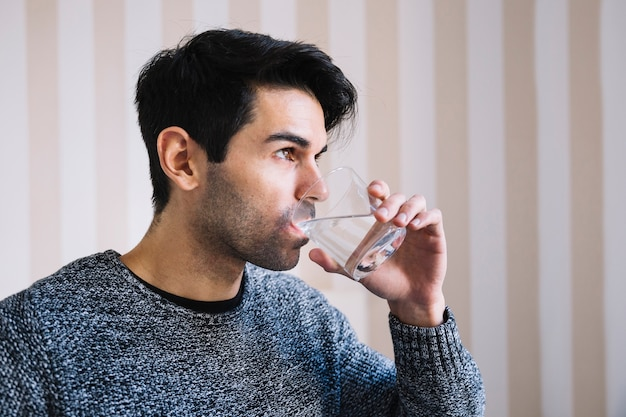 Trinkwasser des mannes