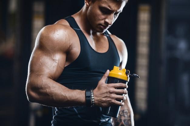 Trinkwasser des muskulösen eignungsmannes des sports nach training