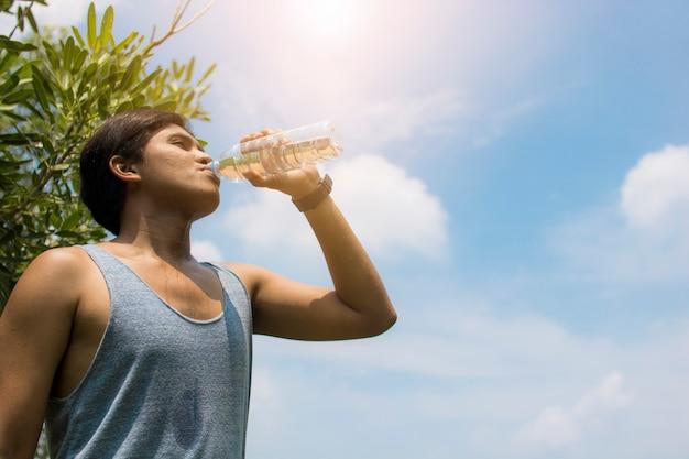 Trinkwasser des sportmannes nach dem laufen