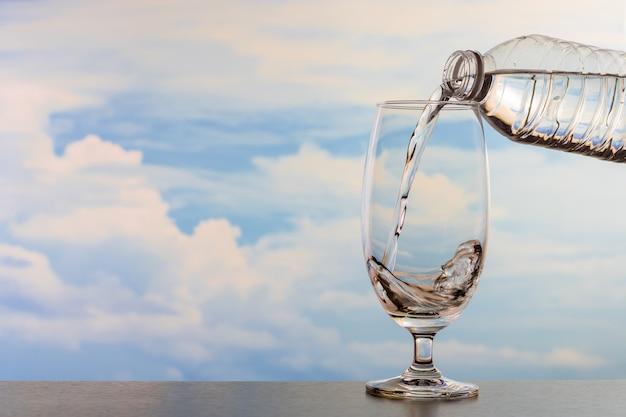 Trinkwasser floss in das glas.
